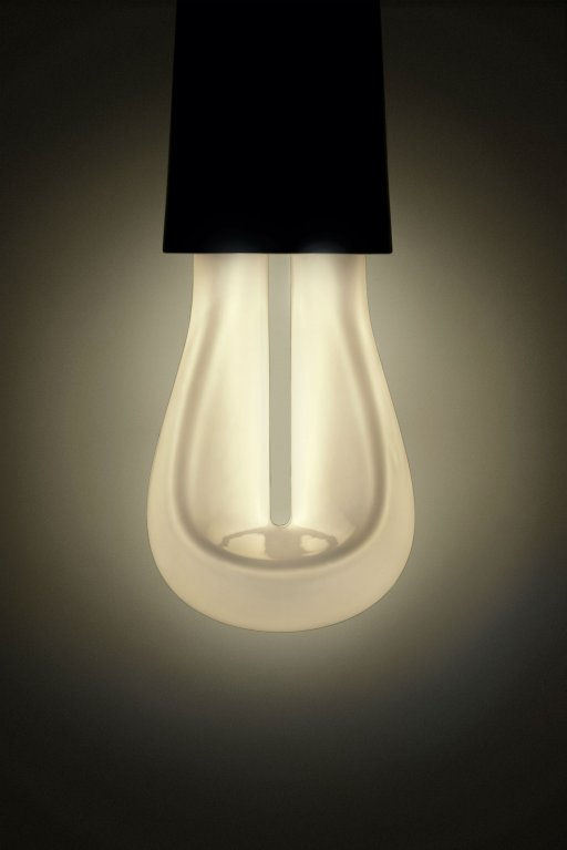 007_Lit_Plumen_002_designer_light_bulb_front Plumen 002