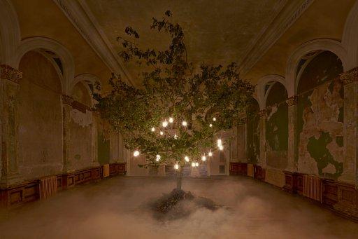 Plumen-Glowing-Oak-installation-at-Designersblock-2014-2  Hulger